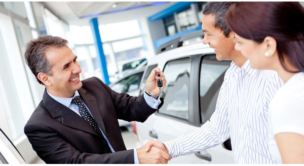 happy car salesman closing deal 1024x641 1475206455915 crop 1475206473771 - 09 cách chốt sales hiệu quả mà bạn cần biết - goc-marketing