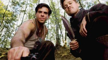 inglourious_basterds_behind_the_scenes_eli_roth_with_a_gun_and_brad_pitt_with_his_knife